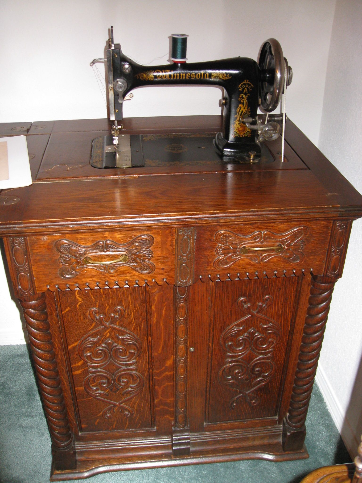 Delightful (Our mother had a sewing machine similar to this -- with a  treadle to activate it, however.) | sewing | Vintage sewing machines, Sewing  és ... - Delightful (Our Mother Had A Sewing Machine Similar To This -- With